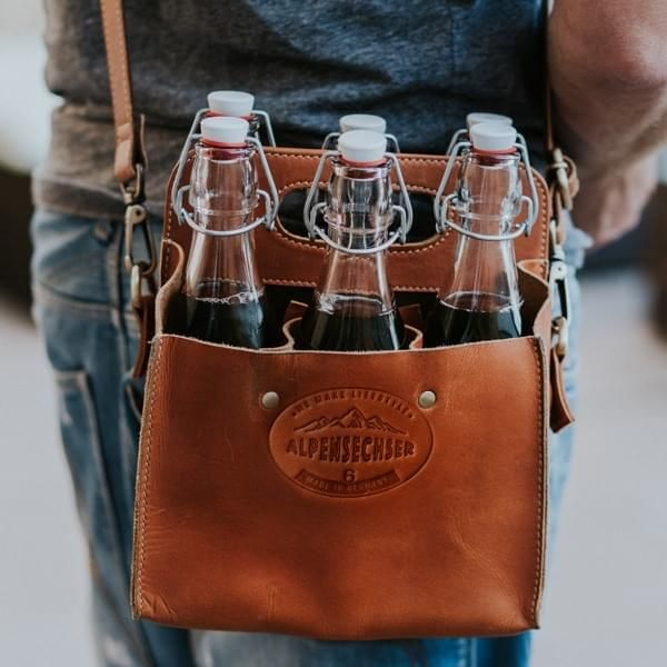 Handgefertigter Sixpack-Träger aus Büffelleder