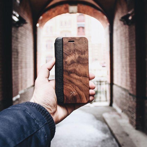 iPhone Flip Case aus Walnussholz (5/SE, 6(s), 7, 7 Plus)